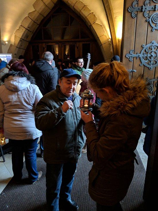 Pro betlémské světlo si v krajské městě přišla asi stovka lidí.