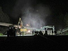 První demolice mostu na dálnici D1 se konala na začátku června na 107. kilometru poblíž Větrného Jeníkova. Stržení mostu tenkrát nabralo hodinové zpoždění.