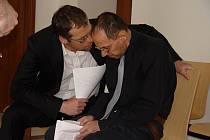 Ještě před začátkem veřejného zasedání se Ladislav Ligmajer (vpravo) radil se svým právníkem Alešem Čápem.