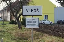 Cedule informující příchozí, že se v obci nesmí provozovat podomní prodej, dle zákona na dopravním značení být nesmí.
