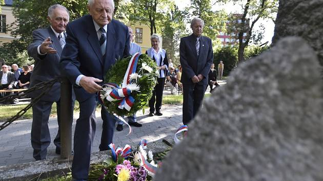 U památníku. Věnec v Tyršově ulici položil i Karel Linhart (druhý zleva) z Konfederace politických vězňů ČR.