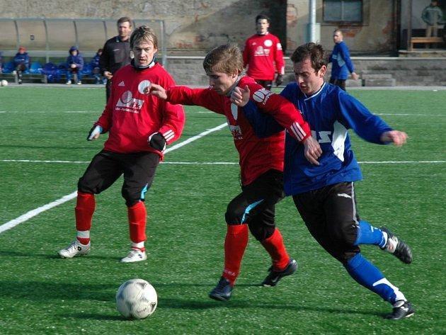 Fotbalisté Žďáru (vpravo Marek Vomela) podruhé za sebou vysoko prohráli. Po porážce s Jihlavou B nestačili na divizní Teslu Pardubice. Nyní navíc nevstřelili ani gól.