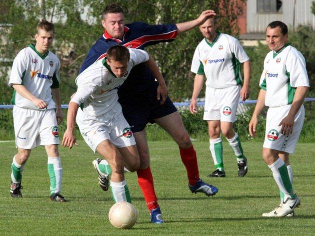 Nečekaný debakl 0:6 si odvezl Rantířov (v bílém) z Náměště nad Oslavou.