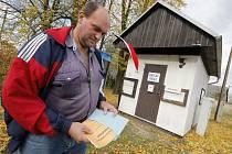Nejmenší volební místnost na Jihlavsku. Obecní úřad s volební místností mají obyvatelé Zbinoh na Jihlavsku ve stavební buňce.