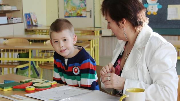 Tradiční zápisy posunuli. V minulých letech chodily děti k zápisům do prvních tříd v lednu a únoru. Letos půjdou o dva měsíce později.