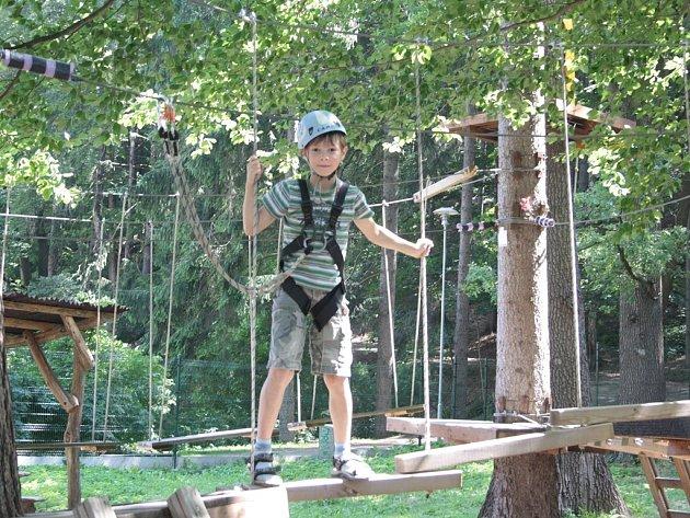 Na nižším okruhu si vyzkouší překonávat překážky za dozoru děti a na vysokém okruhu si to stejné zkusí sami dospělí. Pokaždé jsou jištěni karabinami připnutými do lezeckých sedáků.
