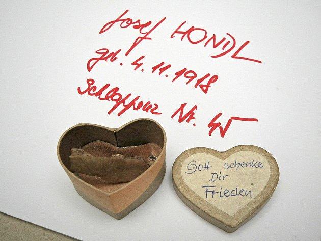 Kousek lebky Josefa Hondla uchovávala desítky let jeho příbuzná v papírové krabičce ve tvaru srdce.