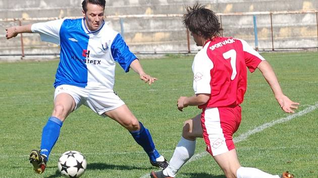 Fotbalisté Humpolce (vlevo Martin Guzik) vstoupili do nové sezony vítězstvím na hřišti Jemnicka. Favorit soutěže tak splnil očekávání.
