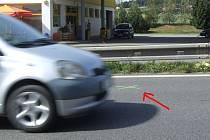 Šestasedmdesátiletého řidiče u čerpací stanice Slovnaft na dálničním přivaděči při přecházení silnice smetl osobní vůz. Stalo se to na místě označeném zeleným křížkem (viz šipka).