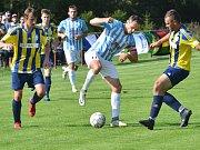 Fotbalisté Dobronína (v žlutomodrých dresech) doma prohráli s Herálcem 2:3.
