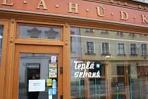 Teplou sekanou si lidé v bývalé prodejně Jednoty v centru Jihlavy nekoupí. Obchod už je zrušený.
