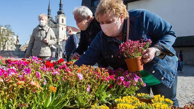 Farmářské trhy na Masarykově náměstí dne 20. dubna 2020 v Jihlavě.