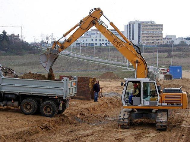 Práce na prodloužení silnice od jihlavské nemocnice na rozrůstající se sídliště v Horním Kosově a Na Dolech se po zimě rozjely.