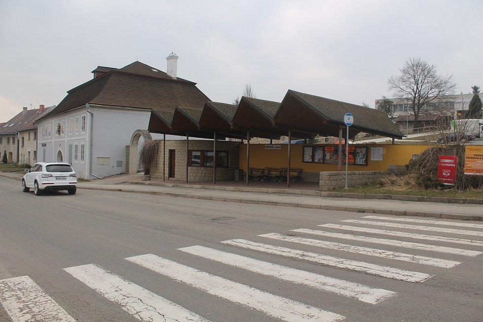 Autobusová zastávka je vzhledným místem.