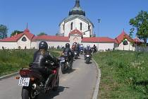 """Na nezvyklém místě, v kostele Nanebevzetí Panny Marie v areálu žďárského zámku, se sešlo více než sto fanoušků motocyklů, aby zavzpomínali na kamarády, kteří už nejsou mezi nimi. """"Bikerská mše"""" se zde konala už počtvrté."""