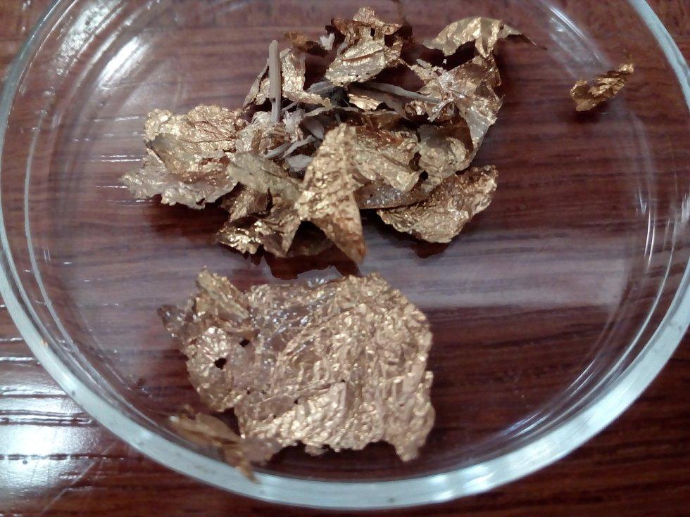 Blyštivé plátky považovali archeologové za kousky zlata.