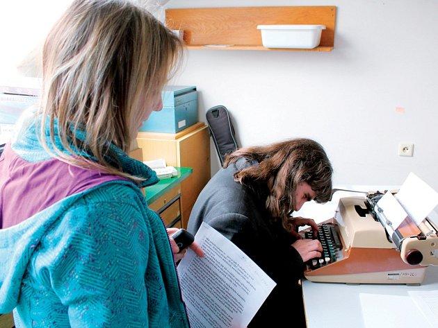 I mezi nevidomými jsou stále populárnější počítače. Několik disciplín v sobotní soutěži bylo proto na počítači. Asistentka nevidomému četla nahlas text, ten ho musel psát do počítače.