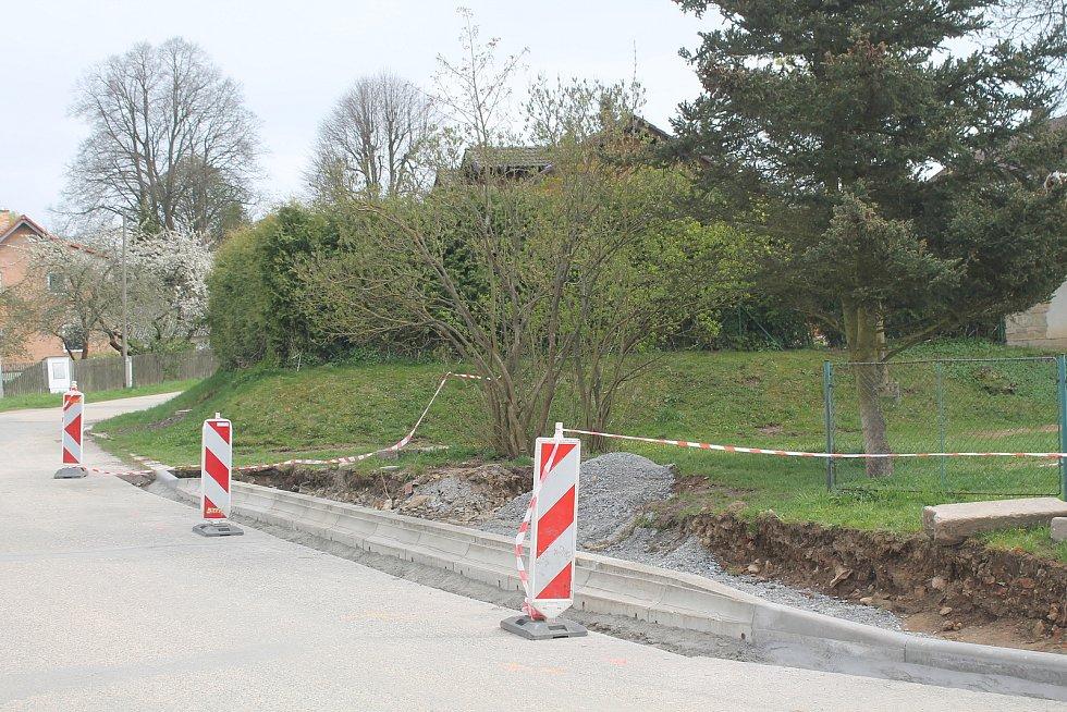 Plechová bouda v Herolticích už je minulostí, bude tam nová nástupní plocha a přístřešek.