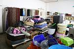 Ve vietnamské prodejně na Pelhřimovsku prodávají všechno své zboží i přes nařízení vlády dál. Zboží, které by mělo být uklizené, označené, přikryté či zapáskované, si mohou zákazníci bez problému koupit.
