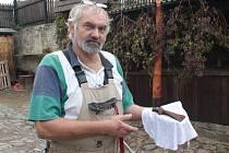 Stáří sekerky, která možná pamatuje Kelty, budou příští týden zkoumat archeologové Muzea Vysočiny Jihlava. Na snímku ji drží tesař a památkář Karel Klouda.