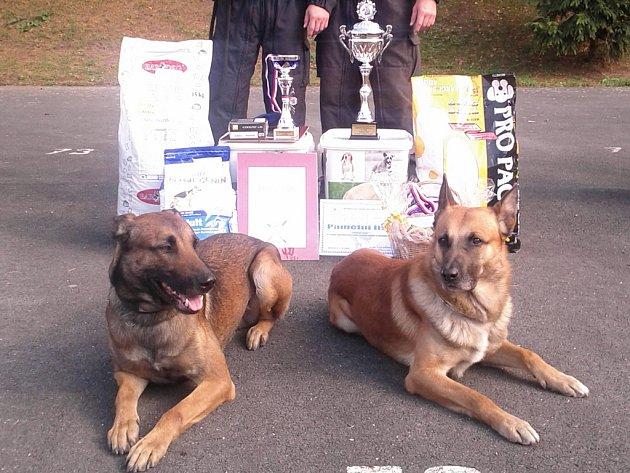 Kim a Čiko se svými psovody Patrikem Topinkou a Martinem Růžičkou si vychutnávají  úspěch.