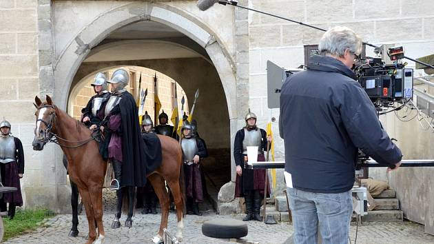 Záběr z nedávného natáčení další řady koprodukčního historického seriálu Borgiové o životě potomků jednoho z nejvlivějších evropských rodů v časech renesance. Na snímku kamera před scénou výjezdu z města branou pod zámkem.