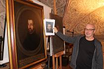 Historik Martin Kos ukazuje, jak vypadal obraz před zásahem restaurátora.