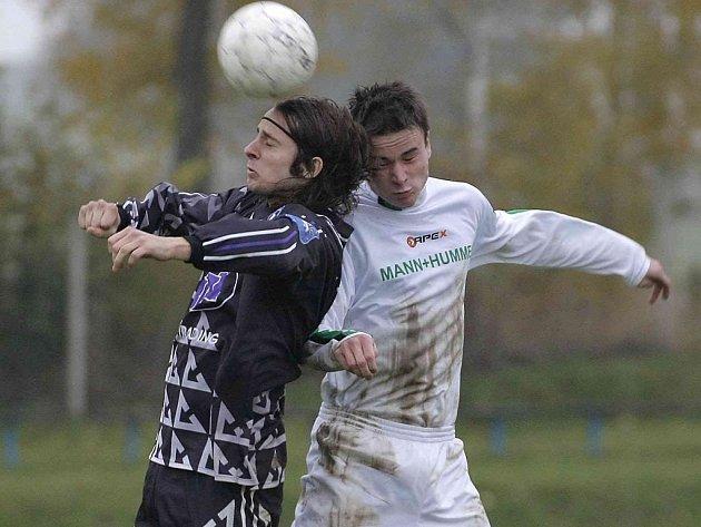 Dvěma góly se třešťský Jan Trnka (vlevo) podepsal na překvapivé výhře 3:1 v Náměšti, která jeho rychlé výpady uhlídat nedokázala.