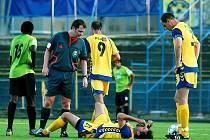 Jihlavský gólman Václav Winter měl výhrady k rozhodčímu Pavlu Býmovi, který za jeho zákrok v pokutovém území odpískal penaltu. Tu bez problémů proměnil mostecký útočník Karel Franěk.