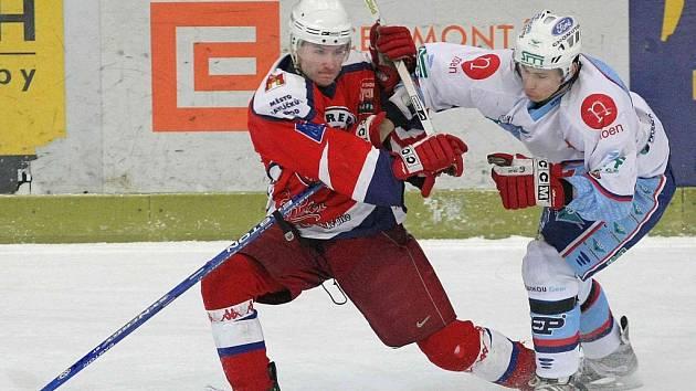 Jiskřivé okamžiky byly k vidění už při pondělním zápase Chomutova (v bílém) v Havlíčkově Brodě. V zápasech play off bude takových momentů jenom přibývat.