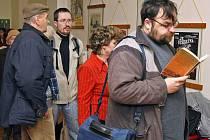 Už ve čtvrt na pět ráno se v úterý do fronty na lístky na koncert Karla Gotta a Evy Urbanové postavil první člověk. Při zahájení předprodeje  už ve špalíru stálo čtyřicet lidí. Další své rezervace vyřizovali telefonicky.