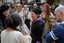 Kostýmy z pohádky. V Telči budou o Vánocích k vidění také kostýmy a rekvizity z pohádky Sedmero krkavců režisérky Alice Nellis (na snímku uprostřed v tmavém).