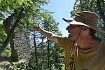 Archeologové na Štamberku - Vedoucí archeologického oddělení Muzea Vysočiny Jihlava David Zimola ukazuje 31. července 2020 zbytky obytné věže na skalním ostrohu na zřícenině hradu Štamberk u Řásné na Jihlavsku.