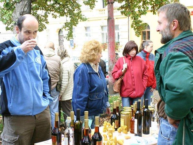 Bioprodukty si mohl v sobotu od devíti hodin ráno v parku na Náměstí Svobody koupit každý, kdo navštívil třetí ročník biojarmarku.