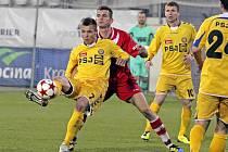 Jihlavští fotbalisté se v ofenzivě opět trápili. Sterilní hra k žádné vyložené šanci nevedla, takže se nemohl prosadit ani Stanislav Tecl (u míče).