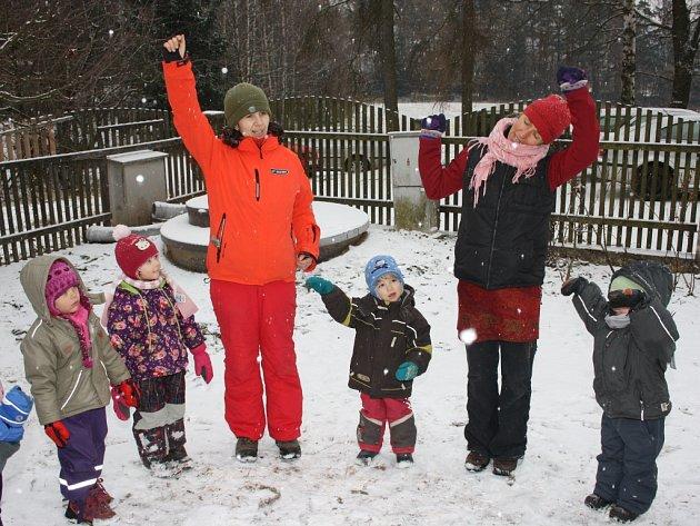 V Hájence se každé ráno děti přivítají s ostatními, pak je čekají pohybové aktivity propojené s básničkami.
