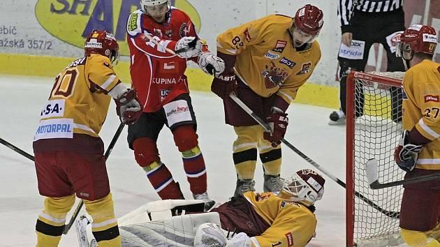 Třebíčský útočník Lukáš Nahodil (v červeném) si sice připsal jednu asistenci, v derby však nakonec uspěli jeho bývalí spoluhráči z Jihlavy.