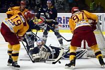 Přestože jihlavští hokejisté (ve světlém) v každém zápase prvoligového semifinále hráli s favorizovaným Ústím vyrovnanou partii, prohrávají v sérii již 1:3.