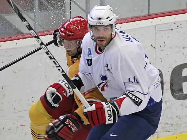 Obránce Antonin Manavian (v bílém) vloni nastoupil v přípravě i proti jihlavské Dukle, nyní bojoval za Francii na mistrovství světa ve Finsku a Švédsku.