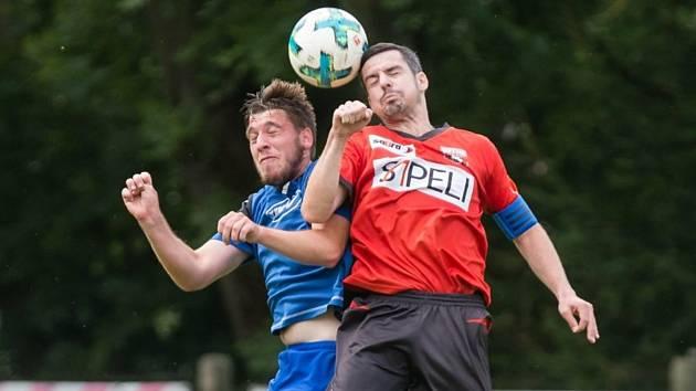 Lídrem je v týmu účastníka krajského přeboru Sapeli Polná zkušený záložník Filip Dvořáček (v červeném dresu) již čtvrtou sezonu. Zažívá tak postupnou proměnu mužstva.