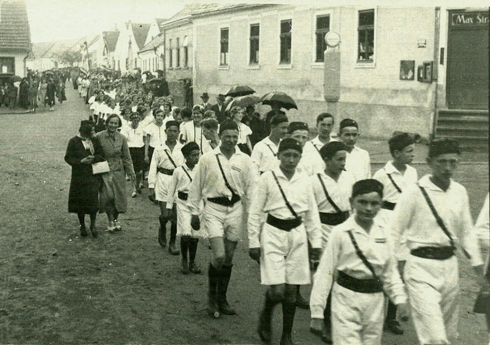 Volání sokolského hesla Tužme se!  provázelo slavnostní průvod Dolní Cerekví 10. června 1934.