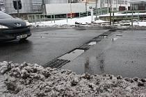 Před přejezdem v Kostelci vznikly koncem minulého týdne velké díry. Ty provizorně vyplnil asfalt.