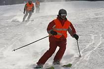 Dvacítka nadšenců lyžuje od čtvrtka do pátku 24 hodin na sjezdovce Šacberk. Chtějí vytvořit nový český rekord v lyžování na svahu.