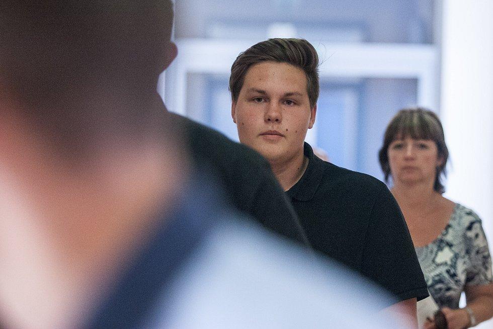 18. července u soudu v Jihlavě s červenou kravatou Ondřej Klička, silnější Matouš Vaněk