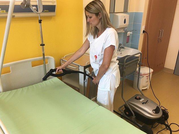 Parní čistič, který používají v nemocnici, vypadá jako domácí. Je ale daleko účinnější.