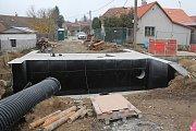 Stavba mostu v Radkově.
