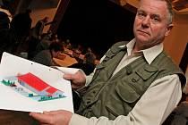 Dobronínský obchodní dům zůstane prozatím pouze na papíře. Starosta obce Jiří Vlach (na snímku) a většina ostatních zastupitelů hlasovali proti prodeji pozemku.