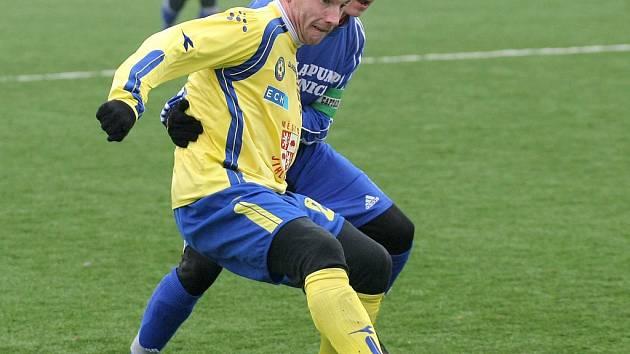 Fotbalisty Jihlavy (ve žlutém Vladimír Vácha) čeká těžký soupeř v přípravě. Dnes se tým trenéra Karola Marka představí od 14 hodin v Nymburce proti prvoligovému Kladnu.