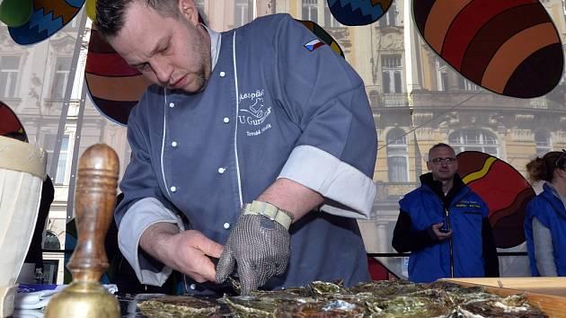Mistrovství ČR v otevírání ústřic se uskutečnilo v sobotu v Praze. Vítězem se stal Tomáš Hladík (na snímku vlevo), který nejrychleji otevřel třicet ústřic.