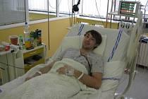 Lukáš Sláma leží na lůžku jednotky intenzivní péče v třebíčské nemocnici.
